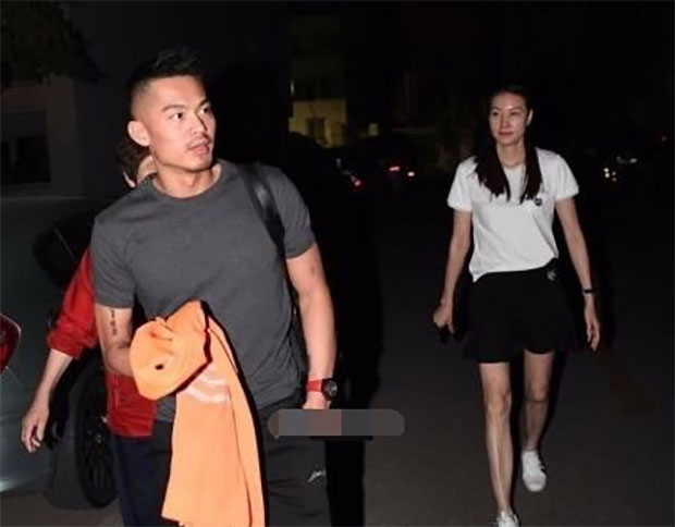 Lin Dan kisses Xie Xinfang goodbye as he is leaving for Australia.