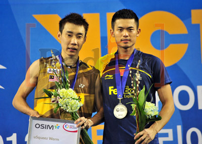 Malaysia's Lee Chong Wei (L) and China's Lin Dan pose on the podium during an awards ceremony after the man's single final match at the Korea Open Super Series Premier in Seoul.