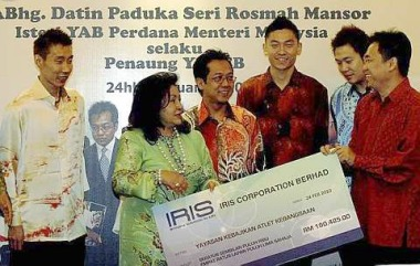 Money as promised: Datin Seri Rosmah Mansor receiving a mock cheque from Iris Corporation Berhad managing director Datuk Tan Say Jim at a luncheon in Putrajaya yesterday. Looking on are (from left) Lee Chong Wei, Datuk Razali Ibrahim, Tan Boon Heong and Koo Kien Keat.