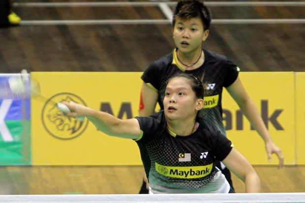 Lee Meng Yean (front) and Lim Yin Loo beat Shinta Mulia Sari-Yao Lei of Singapore 21-17, 22-20 in the Malaysia Open Grand Prix Gold quarter-finals.