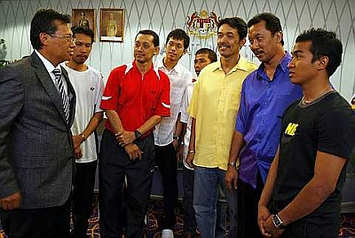 Let's talk sports: Youth and Sports Minister Datuk Ahmad Shabery Cheek meeting cyclist Azizul Hasni Awang (right), badminton coach Rashid Sidek (third from right) and former doubles star Jalani Sidek (second from right) at his office yesterday.