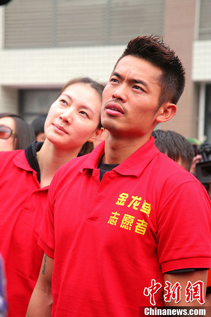China's most famous badminton couple, world champions Lin Dan and Xie Xingfang, donate 2.2 million yuan to the quake-hit zone in Sichuan province. The couple arrive in Ya'an city on Monday, April 22, 2013 to visit and console the survivors. Their donation is the largest from China's sports circle. A 7.0-magnitude earthquake jolted Lushan County of Ya'an City in the morning on April 20.