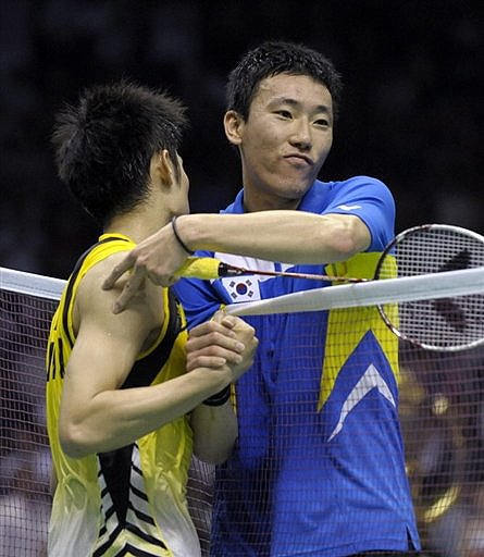 China's Lin Dan (L) is congratulated by South Korea's Park Sung Hwan (R) during the men's singles final match