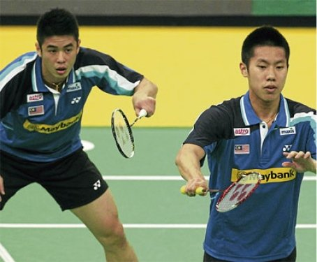 Lim Khim Wah (left) and Goh V Shem beat Koo Kien Keat-Tan Boon Heong 22-20, 21-15 to win the Malaysia Open grand prix gold title yesterday.