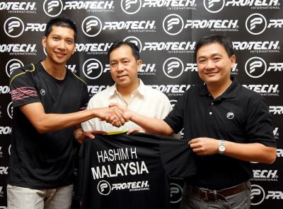 New ambassador: Mohd Hafiz Hashim (left) shaking hands with Protech managing director Ronnie Chong (right) as the national doubles chief coach Tan Kim Her looks on during the sponsorship signing ceremony at Kota Kemuning, Shah Alam, Monday.