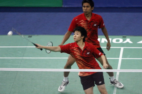 Lilyana Natsir, front, and Nova Widianto overpowered another opponent in the Singapore Open Super Series, taking only 30 minutes to oust England's Anthony Clark and Donna Kellogg in straight sets on Thursday