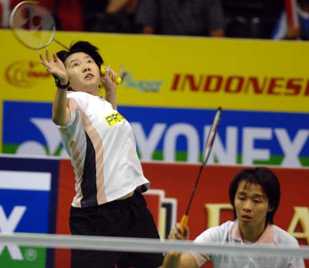 Malaysia's Chen Eei Hui (L) and Wong Pei Tty compete during their women's doubles final against China's Cheng Shu and Zhao Yunlei at the Indonesian Open 2009 badminton competition in Jakarta, Indonesia, on June 21, 2009. Malaysia's Chen Eei Hui and Wong Pei Tty won 2-0 and claimed the title of the event.