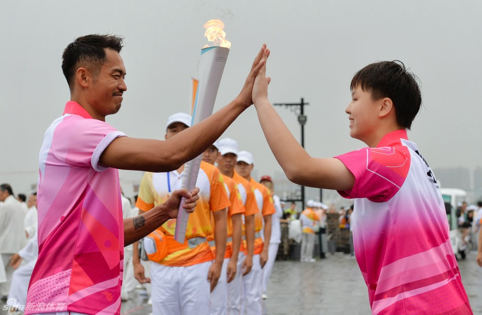Lin Dan joins torch relay for 2014 Youth Olympics