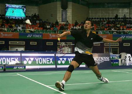 Indonesia's Taufik Hidayat returns a shot against Switzerland's Christian Boesiger during their men's singles match in a preliminary round of the World Badminton Championships in Hyderabad August 11, 2009.