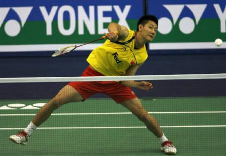 China's Chen Jin returns a shot against India's Kashyap P. during their men's singles match in a preliminary round of the World Badminton Championships in Hyderabad August 12, 2009.