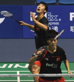 China's Chen Zhiben(above) and Zhang Jinkang compete in their mixed doubles match against their compatriots Lu Kai and Bao Yixin at 2009 China Masters in Changzhou, east China's Jiangsu Province, on Sept. 17, 2009.