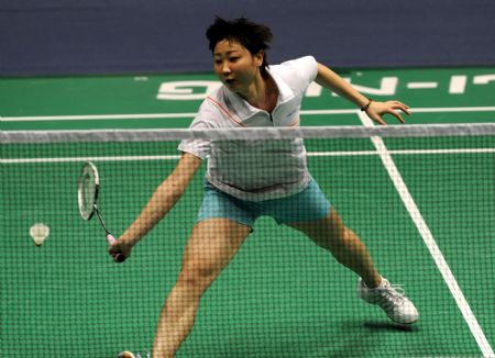 Zhou Mi of Hong Kong, China returns the shuttle during women's singles second round match agasint Shizuka Uchida of Japan at 2009 China Badminton Masters Super Series in Changzhou, east China's Jiangsu Province, Sept. 17, 2009. Zhou Mi won 2-0(21-7, 21-17).
