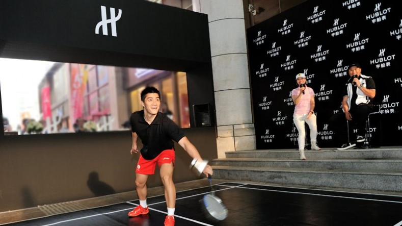 The event reached a feverish high with the arrival of Li Yongbo, the head coach of China National Badminton Team, and Fu Haifeng, the National champion of Olympic on the court.