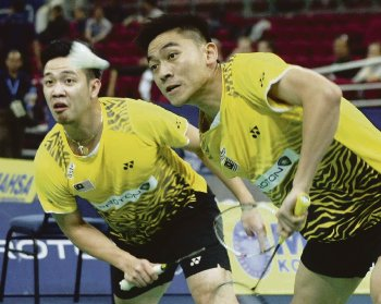 Koo Kien Keat (left) and Tan Boon Heong lost to Cho Gun Woo-Kwon Yi Goo 15-21, 21-15, 21-12 in the first round of the Denmark Open on Wednesday.  Read more: Badminton / Denmark Open: Kien Keat- Boon Heong bite the dust http://www.nst.com.my/nst/articles/41murudanes-2/Article/#ixzz1bTa8qRsr