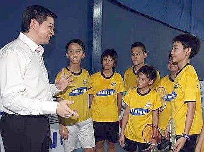 Rapt attention: Cheah Soon Kit talking to the junior players of the Looi Badminton Academy yesterday. Soon Kit is the chief coach of the academy