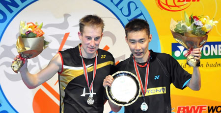 Malaysia's Lee Chong Wei(R) and Denmark's Peter Hoeg Gade display their trophies during the awarding ceremony after men's singles final match between them at Hong Kong open super series 2009 in Hong Kong, south China, Nov. 15, 2009. Lee won 2-1, and claimed the title of the match.