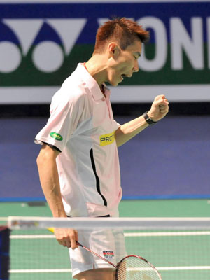 Malaysia's Lee Chong Wei celebrates the victory during men's singles final match against Denmark's Peter Hoeg Gade at Hong Kong open super series 2009 in Hong Kong, south China, Nov. 15, 2009. Lee won 2-1, and claimed the title of the match.