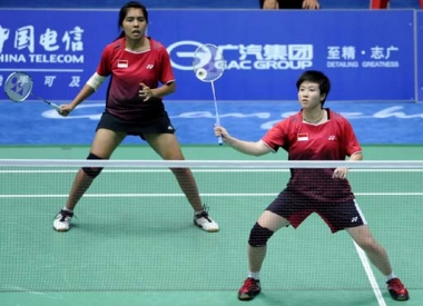 Excel: Indonesian women's doubles shuttlers Liliyana Natsir (right) and Nitya Krishinda Maheswari return a shot to Indian opponents Balana and Sawant in a qualifying round at the Tianshe Gumnasium at the Asian Games in Guangzhou on Saturday.