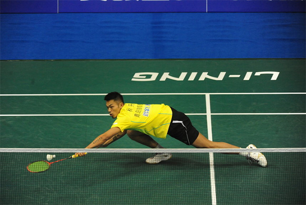 Lin Dan defeats Zhou Zeqi 18-21, 21-18, 21-13 in the China Badminton Super League. (photo: ossports)