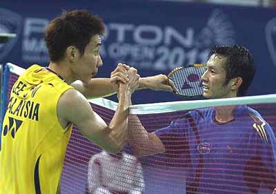 Malaysia's Lee Chong Wei shaking hands with Vietnam's Nguyen Tien Minh after beating him 21-15, 21-16 in the men's singles quarter-finals.