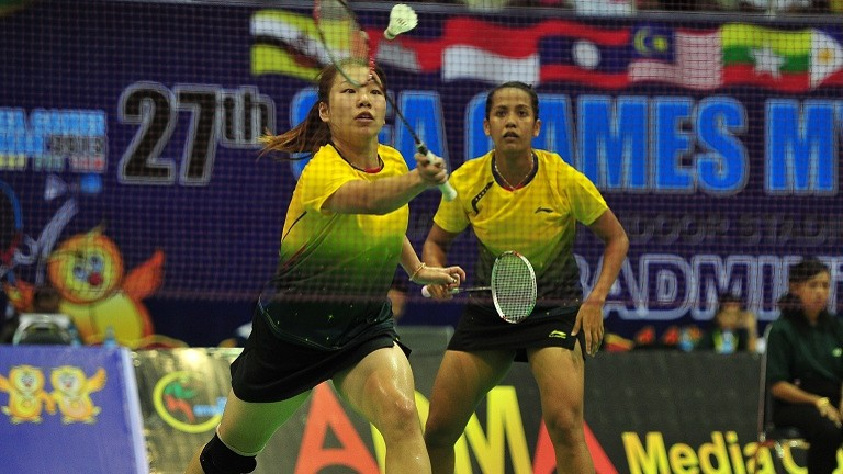 Singapore's Yao Lei (L) and Shinta Mulia Sari during the badminton women's doubles quarter final round at the 27th SEA Games in Myanmar on 12 Dec 2013.