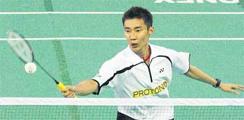 Lee Chong Wei cruised into the Pahang Open semi-finals after beating Tan Chun Seang 21-9, 21-14 yesterday.