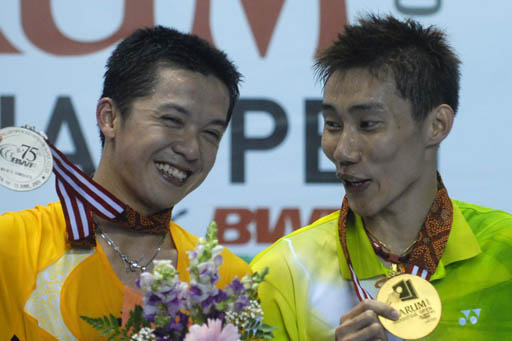 Shared smiles: Malaysian shuttler Lee Chong Wei (right) and Indonesian player Taufik Hidayat show their medals to journalists after the final battle of the men's singles division of the Indonesian Open in Jakarta on Sunday. Lee Chong Wei won the title after defeating Taufik 21-9 and 21-14.