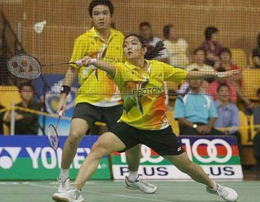 Winning pair:Malaysian duo Lai Pei Jing (front) and Ow Yao Han in action during their match against Hong Kong Monday.