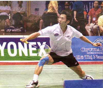 Eyes on the birdie: Top badminton player Nguyen Tien Minh shows off the form that beat host rival Boonsak Ponsana 21-16, 21-13 to take the men's singles final in the SCG Thailand Grand Prix Gold on July 26.