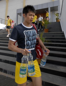 China's Lin Dan walks back to a hotel after attending a practice session ahead of the badminton world championships in the southern Indian city of Hyderabad August 7, 2009. The championships will run from August 10 till 16.