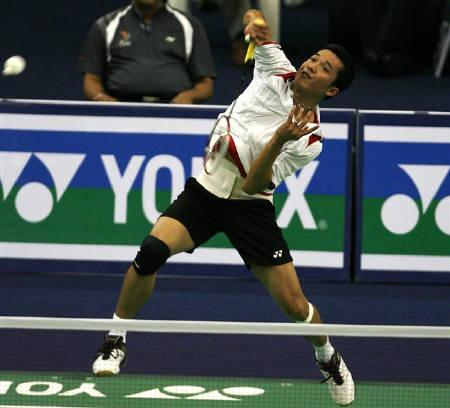 Indonesia's Taufik Hidayat returns a shot against Denmark's Jan O Jorgensen during their men's singles match in the quarter finals of the World Badminton Championships in Hyderabad August 14, 2009.