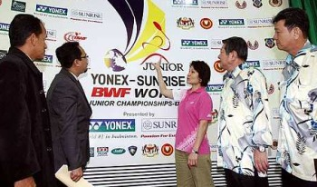 Fine design: Yonex Sunrise Promotions manager Alice Lee unveiling the World Junior Badminton Championships 2009 logo yesterday to Kedah Badminton Association president Teoh Teng Choe (right), BAM treasurer Datuk Lim Teong Kiat (second from right), State Youth and Sports, Arts, Heritage and Cultural Committee chairman Dr Hamdan Mohamed Khalid (second from left) and Director of Kedah Sports Council Syed Khairul Anuar Syed Abidin (left).