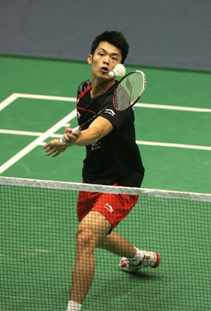 China's Lin Dan returns a shuttle during men's singles first round match against his compatriot Qiu Yanbo at 2009 China Badminton Masters Super Series in Changzhou, east China's Jiangsu Province, Sept. 16, 2009. Lin won 2-0.