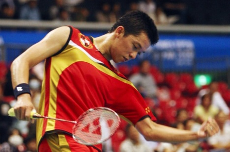 Taufik Hidayat of Indonesia will face compatriot Simon Santoso in the semifinals of the Japan Open Super Series in Tokyo.