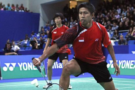 Indonesia's Nova Widianto, right, and partner Liliyana Natsir won the French Open Super Series mixed doubles title with a 21-7, 21-7 defeat of Hendra Aprida Gunawan and Vita Marissa.