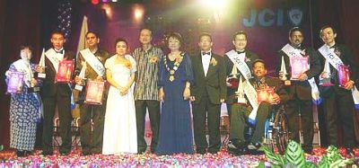 Big winners: The 2009 TOYM awards chief judge Tan Sri Lee Lam Thye (fifth from left) posing for a picture with award recipients at the ceremony in Petaling Jaya Saturday. Lee (second left) won the 'Personal Improvement and accomplishment' award.