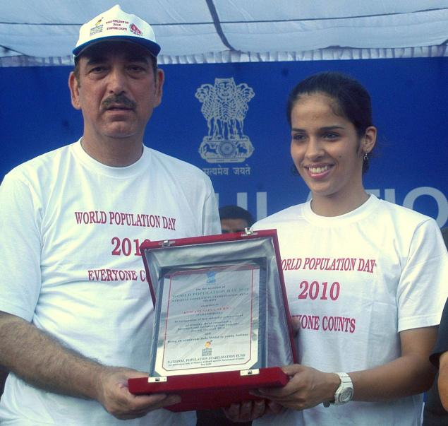 Union Health Minister Ghulam Nabi Azad felicitating badminton star Saina Nehwal at the 'Run for Population Stabilization'at Rajpath on World Population Day, in New Delhi on Sunday.