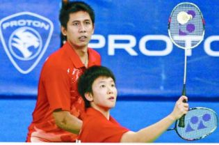 Indonesian shuttlers Nova Widianto and Liliyana Natsir beat another Indonesian pair to advance to the quarterfinals.