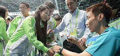 Hot item: Lee Chong Wei signing autographs for fans after a training session at the Tianhe Gymnasium in Guangzhou yesterday.