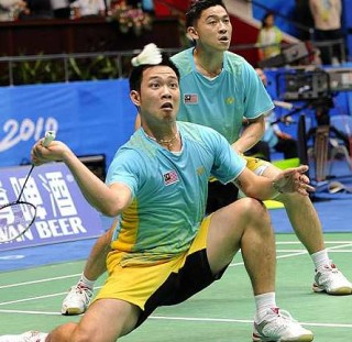 Strong determination: Koo Kien Keat (left) goes down on his knees to retrieve a shot as Tan Boon Heong looks on in the quarter-final match against Japan's Hirokatsu Hashimoto-Noriyasu Hirata yesterday. The Malaysians won 21-19, 13-21, 21-18.