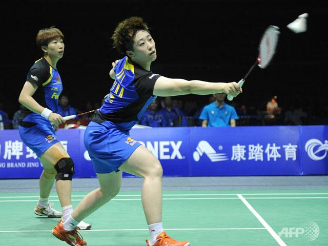 Wang Xiaoli (L) and Yu Yang (R) of China compete against Duanganong Aroonkesorn and Kunchala Voravichitchaikul of Thailand during the semi-final match at the Uber Cup.