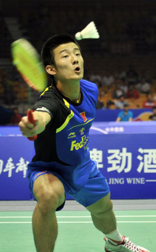 Chen Long of China returns a shuttlecock to Hafiz of Malaysia during the Thomas Cup quarter-finals in Wuhan, May 23, 2012