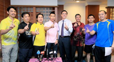Driving force: World No. 2 and National Champion Lee Chong Wei (fourth from the left) showing the 1Malaysia sign to the pixmen after hosting lunch for the members of the media yesterday. Also present (from left) men's singles coach Rashid Sidek and Tey Seu Bock, mixed doubles coach Jeremy Gan, BAM secretary Ng Chin Chai, Wong Ah Jit, men's doubles coach Pang Cheh Chang and head coach for the doubles team Tan Kim Her