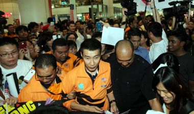 Chong Wei being escorted out upon his arrival at KLIA