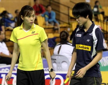 Helping hand: Lim Yin fun (right) getting some advice from coach Wong Mew Choo during her match at Juara Stadium Thursday.