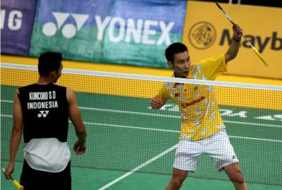Record breaker: Malaysia's Lee Chong Wei (right) celebrates after beating Sony Dwi Kuncoro of Indonesia in the men's singles final of the Malaysian Open at the Putra Stadium in Bukit Jalil yesterday. He won 21-7 21-8.