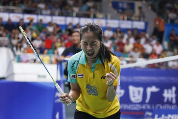 Thailand's Ratchanok Intanon celebrates after defeating China's Li Xuerui during their women's singles final match at the 2013 Badminton World Championships in Guangzhou, Guangdong province August 11, 2013.