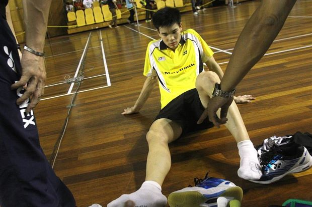 Soo Teck Zhi calls for medical treatment due to blisters on his right foot during the boy's singles final of the Malaysian International Youth U-19 on Sunday.