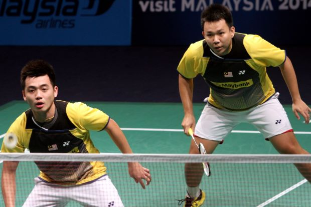 Hoon Thien How-Tan Wee Kiong put up an impressive performance to defeat All England champions Liu Xiaolong-Qiu Zihan 18-21, 21-15, 21-13 in their Super Series Finals Group A match.