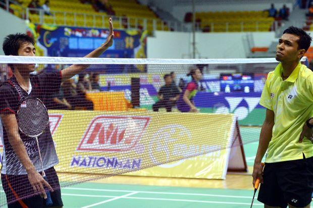 Indonesia's Wisnu Yuli Prasetyo (left) beat Iskandar Zulkarnain Zainuddin of Malaysia 21-10, 21-15 in the men's singles quarter-finals at the SEA Games on Dec 12, 2013.